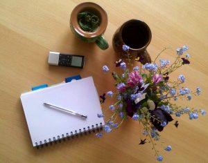 Teásbögrék a fazekastól, diktafon a néprajzostól. Virágok nagymamámtól :)